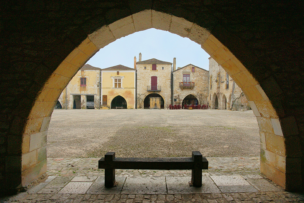 Monpazier-through-the-arches_w